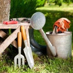 narzędzia ogrodowe i ozdoby