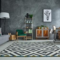 Czarno-biały dywan w geometryczne wzory