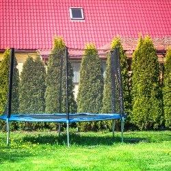trampolina w ogrodzie