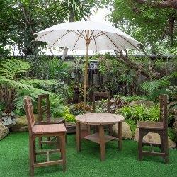 parasol w ogrodzie