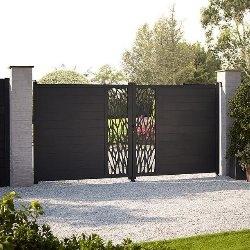 brama w ogrodzeniu