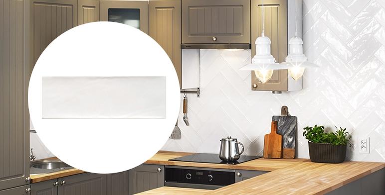 biała ściana w kuchni