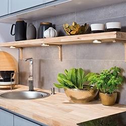wysoka zabudowa w kuchni blat drewniany