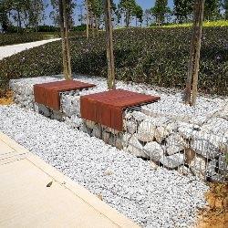 Ławka z gabionami wypełnionymi kamieniami
