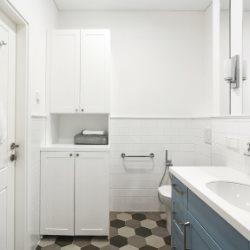 Zestaw białych mebli łazienkowych