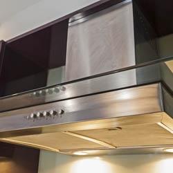 Okap z wyciągem nad kuchenką