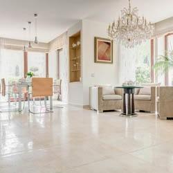 Plytki podłowgowe w salonie jasne