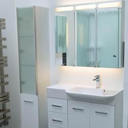 Komplet mebli z szafkę z lustrem nad umywalkę