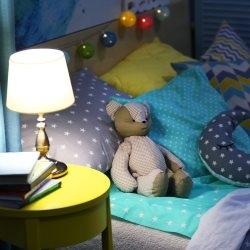 Lampka nocna przy łóżku dziecięcym