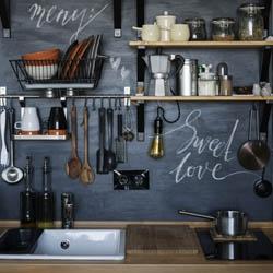Ściana w kuchni pomalowana farbą tablicową