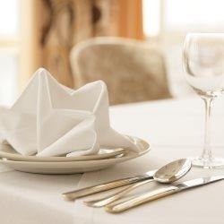 Odświętne, eleganckie nakrycie stołu