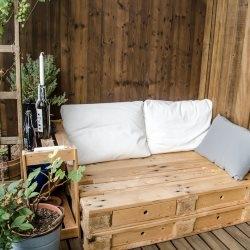 Drewniana sofa na balkonie