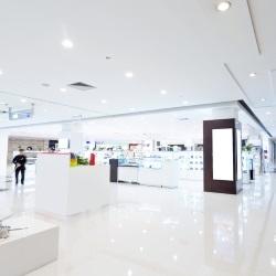 Oświetlenie sufitowe w dużej galerii