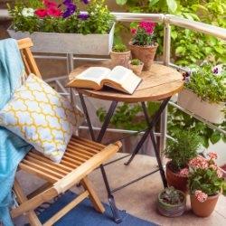 Wygodny stoliczek i krzesło na balkonie