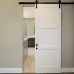 Proste, białe drzwi przesuwne