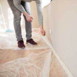 Folie trzeba dokladnie ułożyć i zamocować by nie zabrudzić podłogi
