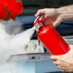 Gaszenie przy użyciu gaśnicy samochodowej