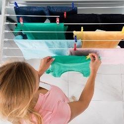 kobieta wieszająca pranie