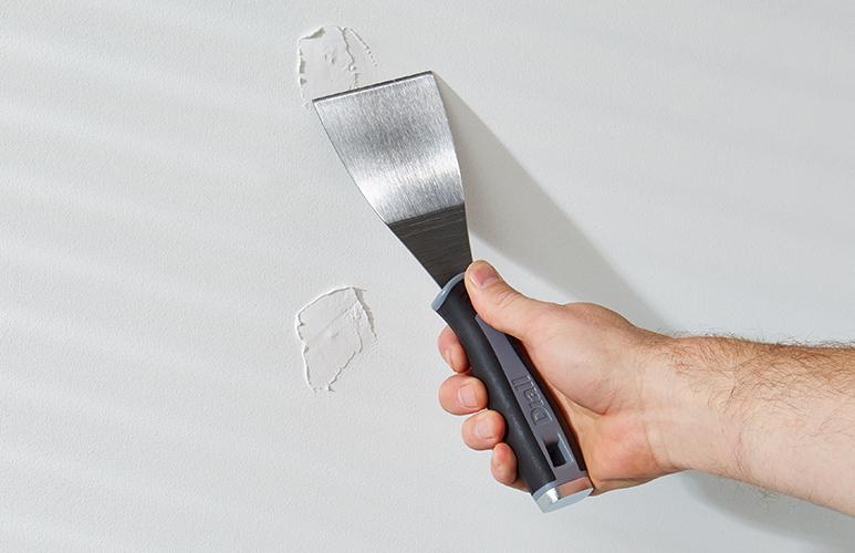 jak szpachlować ściany przez malowaniem