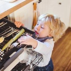 dziecko otwiera szufladę