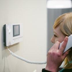 osoba odbiera domofon