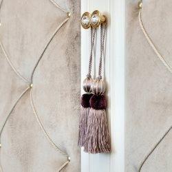 Jasne tapicerska ze złotymi elementami ozdobnymi do drzwi