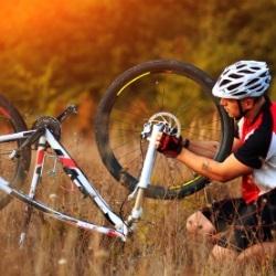 Naprawianie roweru w terenie