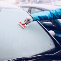 Zaskrobywanie szadzi z szyby samochodu