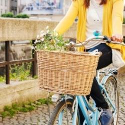 Pani na rowerze z koszem