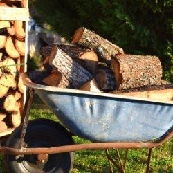 Naprawiona taczka z drewnem