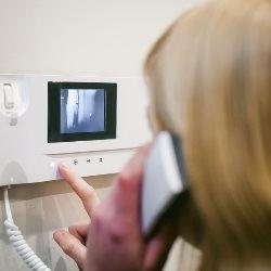 kobieta rozmawia przez wideomofon