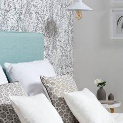 dekoracyjne poduszki na łóżku