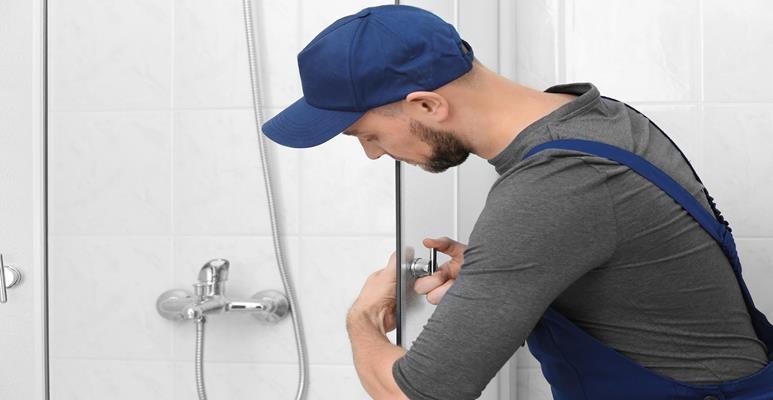 montaż drzwi do kabiny prysznicowej