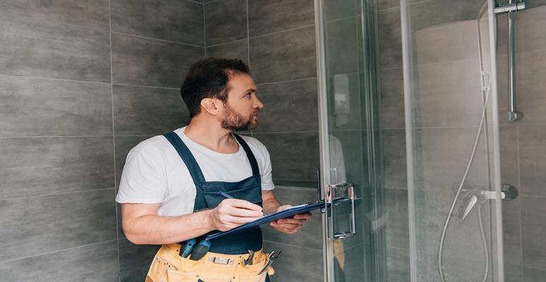 montaż drzwi przesuwnych do kabiny prysznicowej