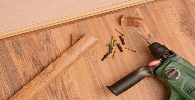 montaż deski podłogowej