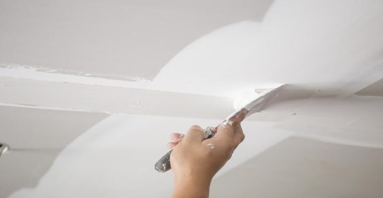 pęknięcia na suficie z płyt gipsowo-kartonowych