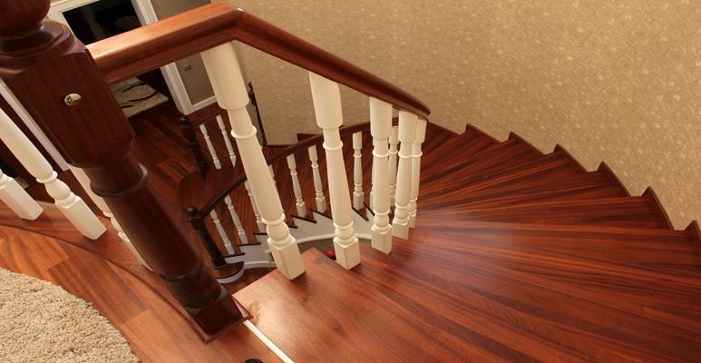 zabezpieczenie schodów drewnianych