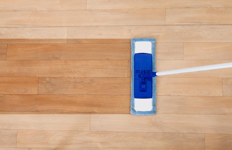 jak dbać o podłogę drewnianą