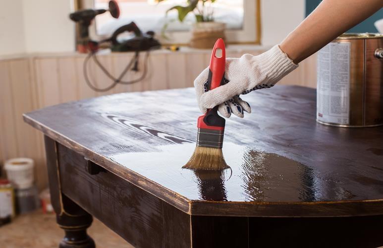 malowanie mebli lakierowanych