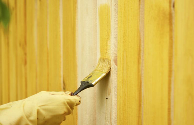 czym pomalować drewniany płot