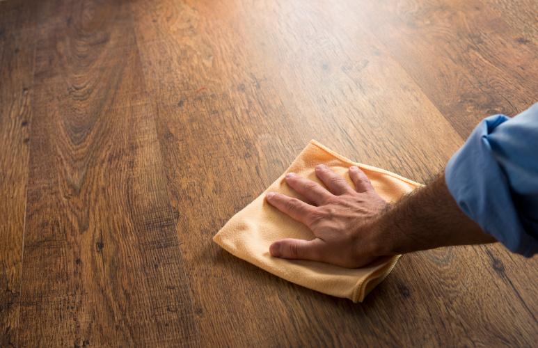 odnawianie drewnianej podłogi