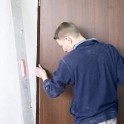 montaż stalowych drzwi