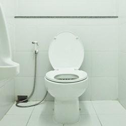 toaleta z baterią umywalkowo-bidetową