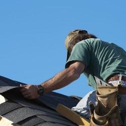 montaż gontów na dachu
