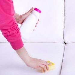 odkurzanie białego dywanu