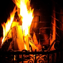 ogień w otwartym kominku