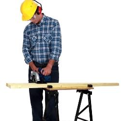 praca przy stole do cięcia drewna