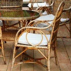 krzesło i stół z wikliny, czyszczenie