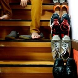 buty trzymane na schodach