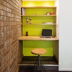 wnęka z półką i biurkiem